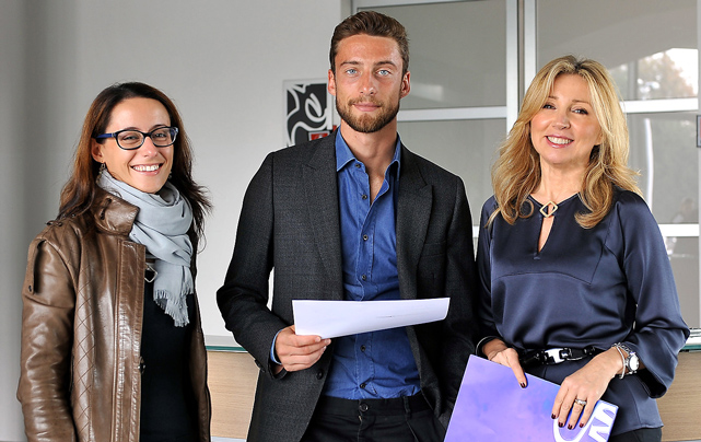 Claudio Marchisio insieme a Barbara Ricci, presidente SportWide Group, e Sabrina Bonomo, resp. produzioni Media Radio e TV AIRC, nel backstage dello spot realizzato per la campagna AIRC - Un Gol per la Ricerca 2013; centro di allenamento Juventus, Vinovo (To) - (produzione SportWide Group).
