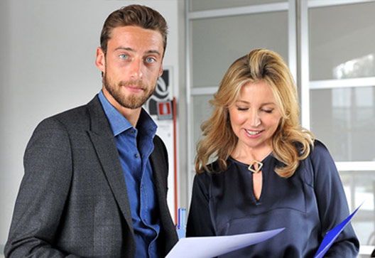 Claudio Marchisio insieme a Barbara Ricci, presidente SportWide Group, nel backstage dello spot realizzato per la campagna AIRC - Un Gol per la Ricerca 2013; centro di allenamento Juventus, Vinovo (To) - (produzione SportWide Group).