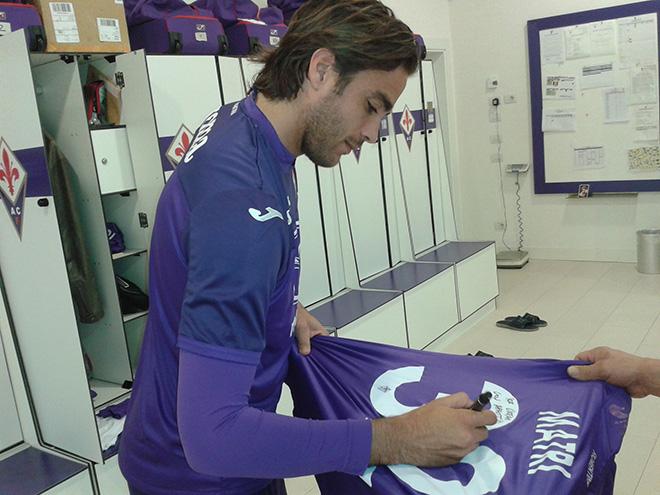 Alessandro Matri firma la maglia della ACF Fiorentina donata a Oxfam per asta solidale