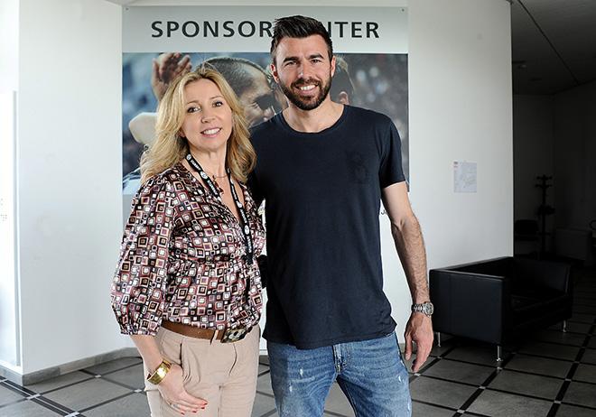Andrea Barzagli con Barbara Ricci, presidente SportWide Group, sul set per la realizzazione dello spot Oxfam - Con le donne per vincere la fame. Vinovo (To) 11 aprile 2014 (ph. G. Marchisciano)