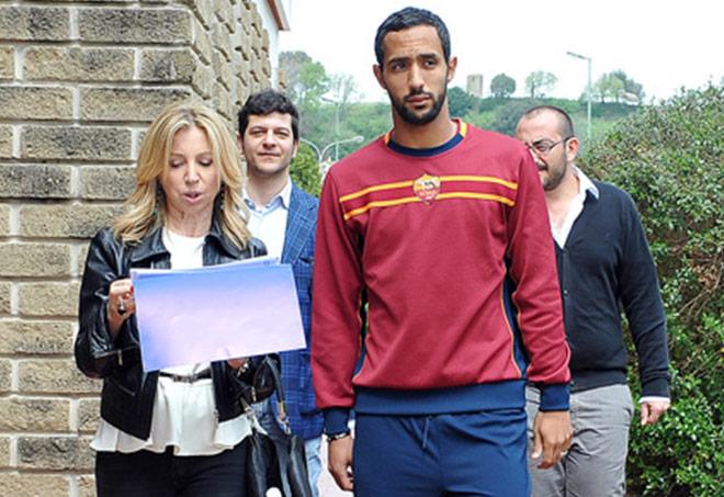 Mehdi Benatia con Barbara Ricci, presidente SportWide Group, sul set della campagna Oxfam - Con le donne per vincere la fame - Trigoria, 9 aprile 2014 (ph. Marchisciano)